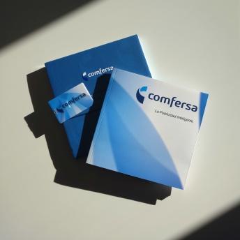 Catálogo, caja y tarjeta-pendrive.
