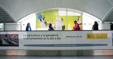 Campaña de productos lácteos, colocada en el pasillo.